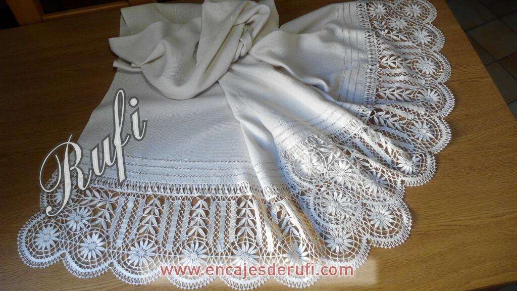 Chal de seda natural con puntilla de encaje de Cluny